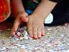 mains-confettis